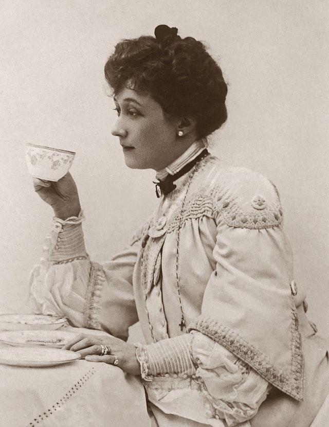 Altes Foto einer Frau die Kaffee trinkt