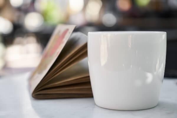 Kaffeebecher mit Buch