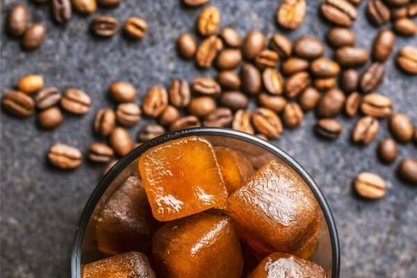 Eiswuerfel aus Kaffee