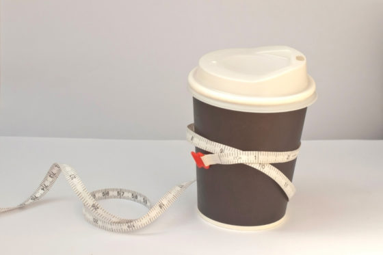Kaffee to go Becher mit Maßband herum gebunden