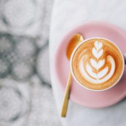 Cappuccino auf rosa Untersetzer