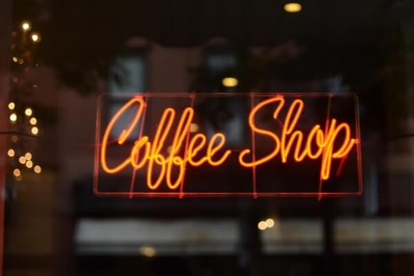 leuchtendes Coffee Shop Zeichen im Fenster eines Cafés