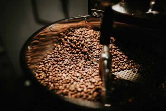 Kaffeebohnen werden in Trommelröstmaschine geröstet