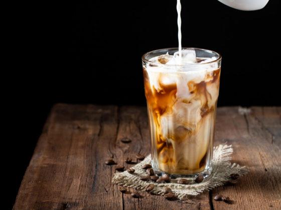Eiskaffee im Glas mit frischer Milch