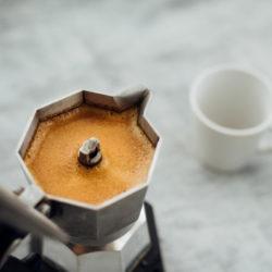 Espressokocher mit frisch gebrühtem Kaffee