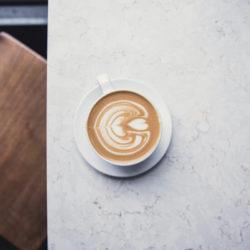 Flat White Kaffee auf grauem Tisch