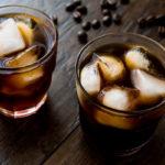 Ice Brew Coffee in zwei Gläsern mit Eiswürfeln