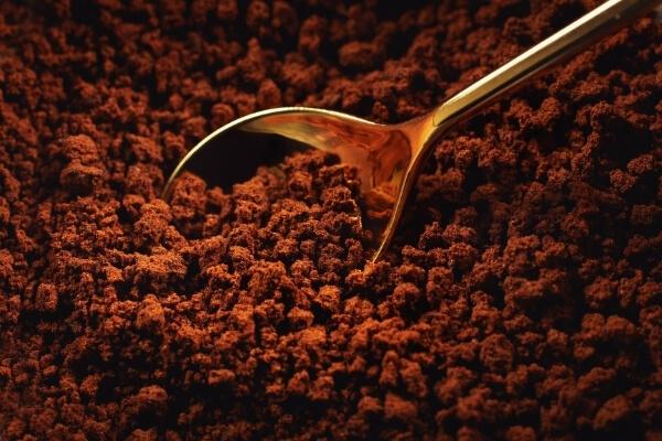 Instantkaffee Pulver und Goldlöffel
