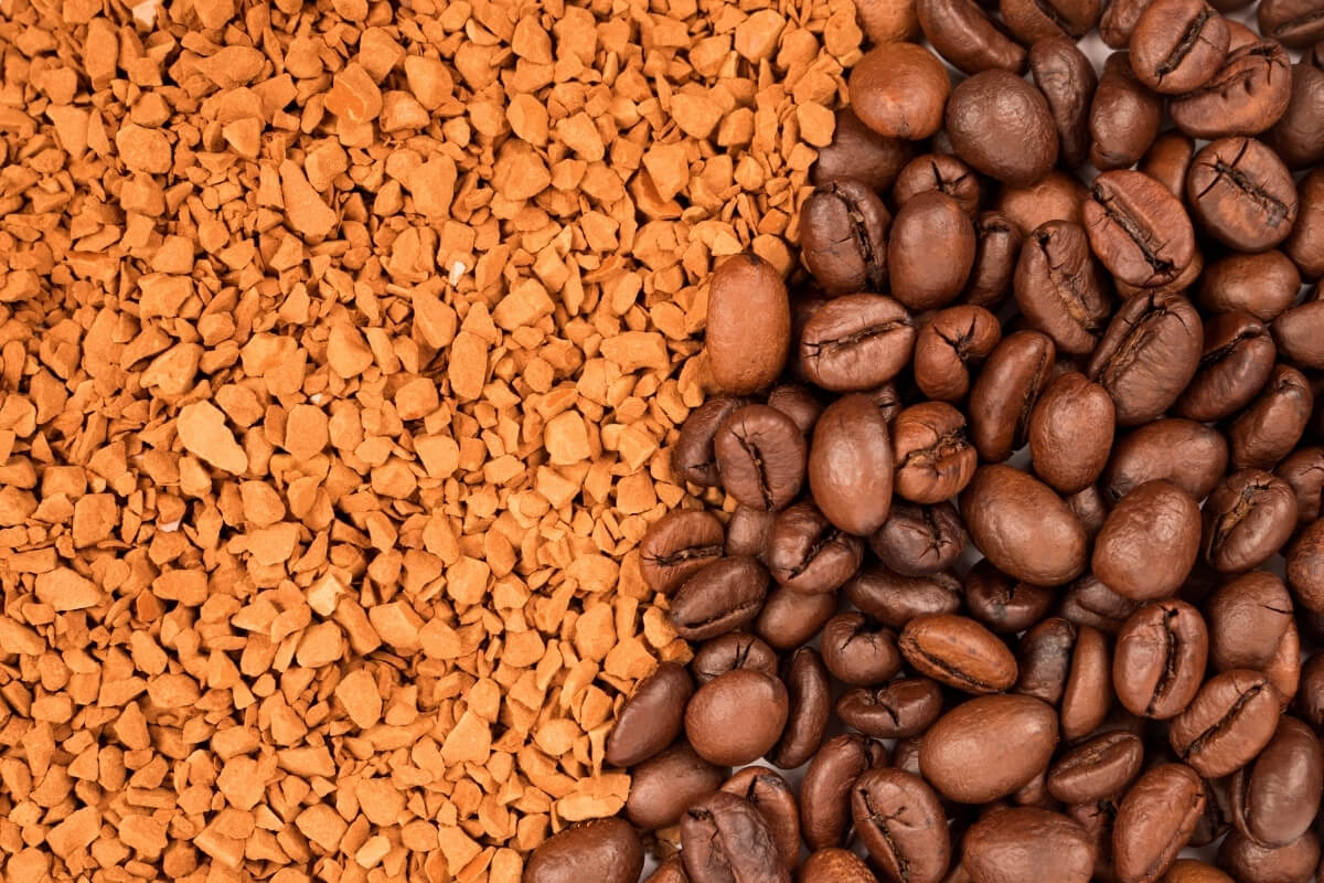 Instantkaffee und geröstete Kaffeebohnen