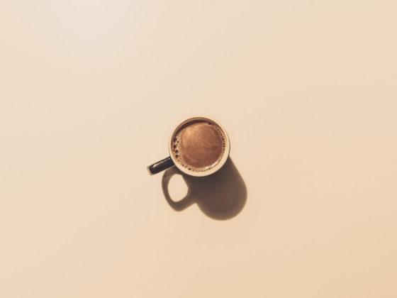 Kaffeetasse auf beig-rosa Untergrund