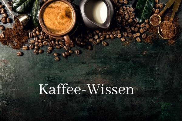 Bild aus Vogelperspektive, Kaffeebohnen plus Kaffeetasse und Milchkännchen im oberen Teil; Schriftzug Kaffee-Wissen auf Tischplatte in Holzoptik