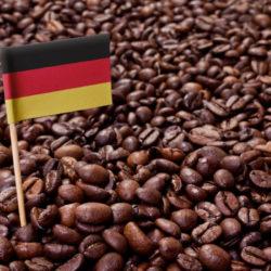 Kaffeebohnen mit einer Deutschlandflagge