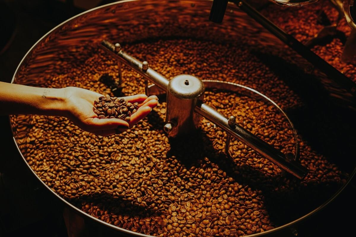 Kaffeeröstmaschine mit Kaffeebohnen darin