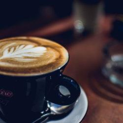 Kaffeetasse mit Cappuccino darin
