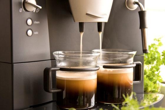 Kaffeevollautomat brüht zwei frische Tassen Kaffee