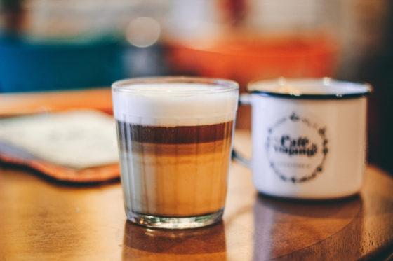 Latte Macchiato im Glas mit drei schönen Schichten