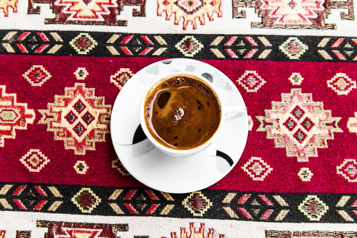 Türkischer Mokkaa Kaffee auf einem roten persischen Teppich