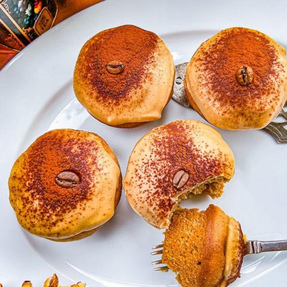Vier Mokka Muffins auf einem Teller