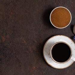 Zichorienkaffee in einer Tasse daneben eine Zichorie